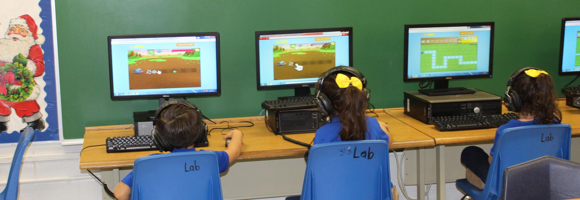 students working in the computer lab