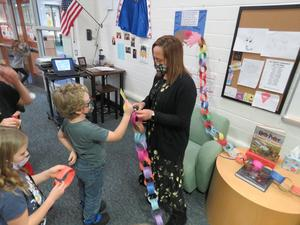 Lee Librarian helps students put together the paper chain.