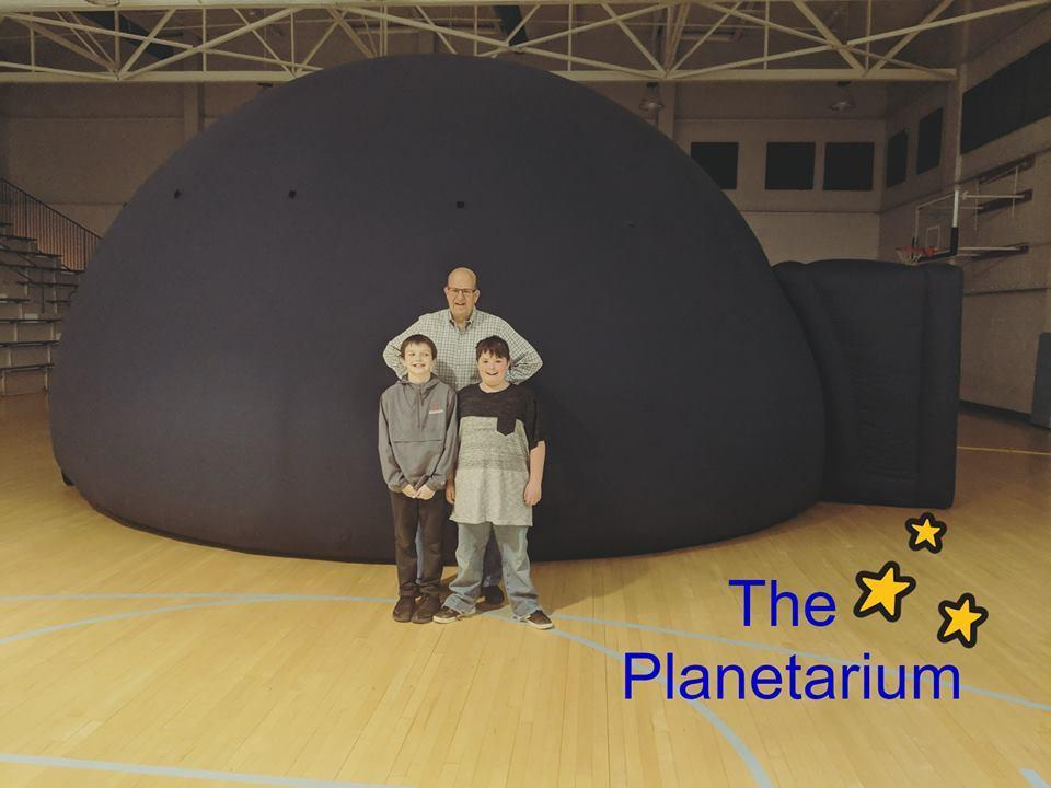 Billy Hix shares the Planetarium with LES Students