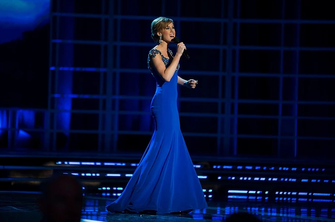 Arlie Kidd sings at Miss America