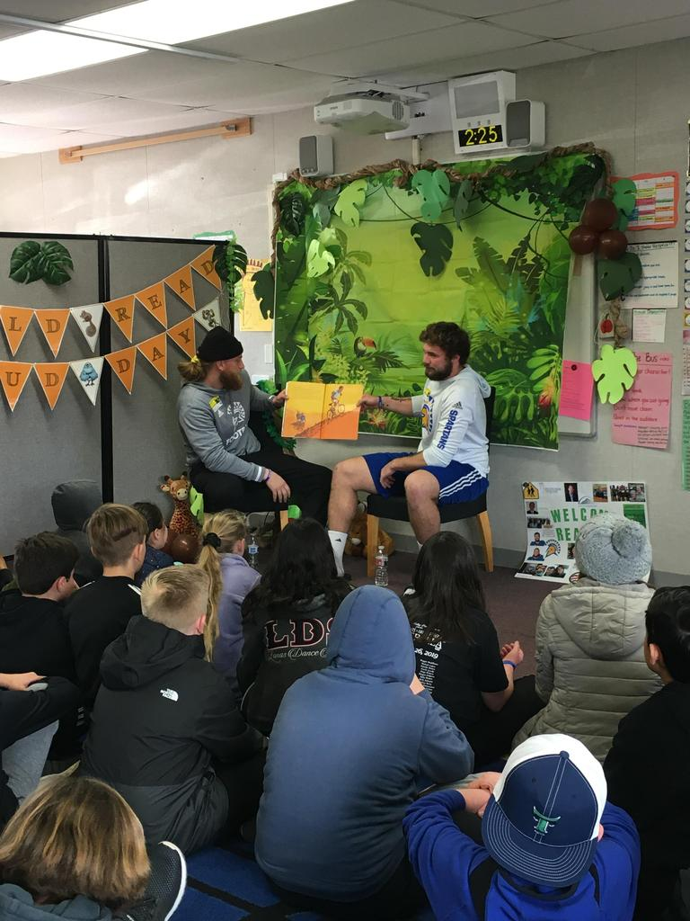 alumni read to students