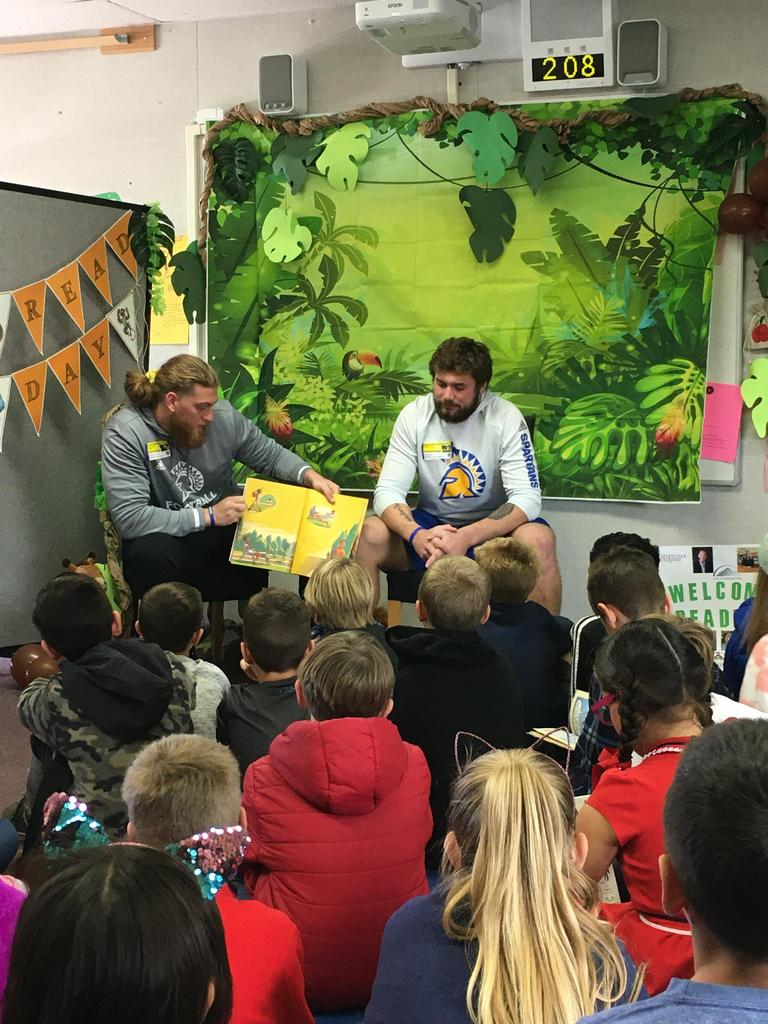 alumni read to students