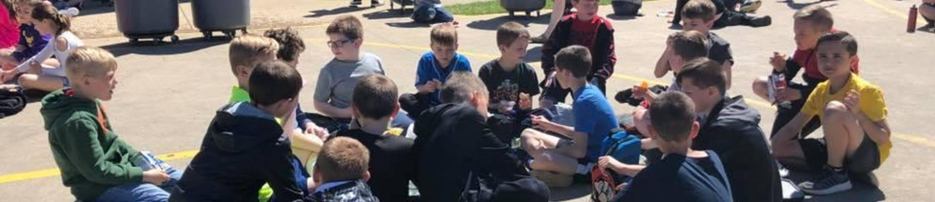 4th Graders eating lunch outside on a beautiful day!