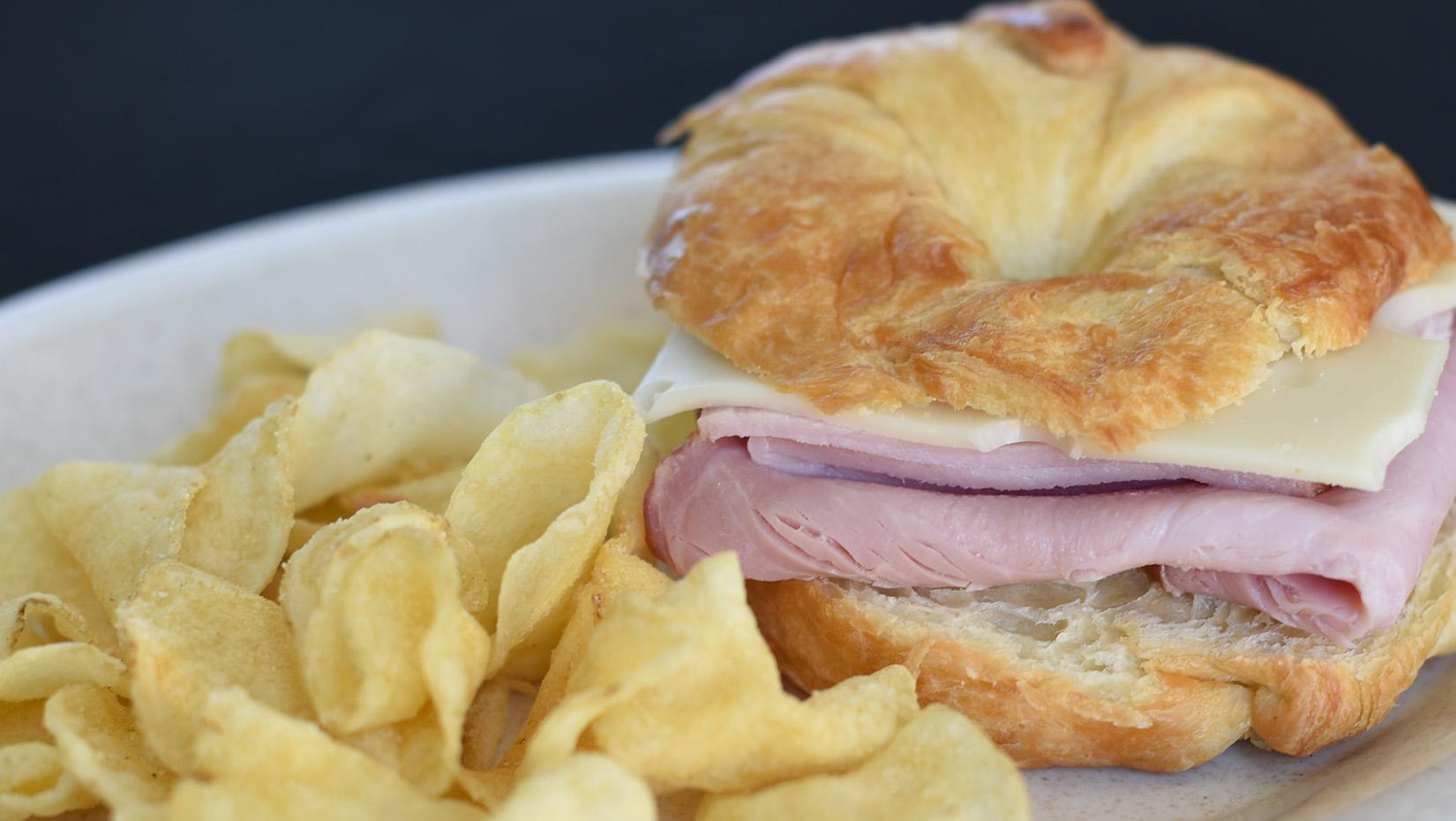 Ham sandwich with chips