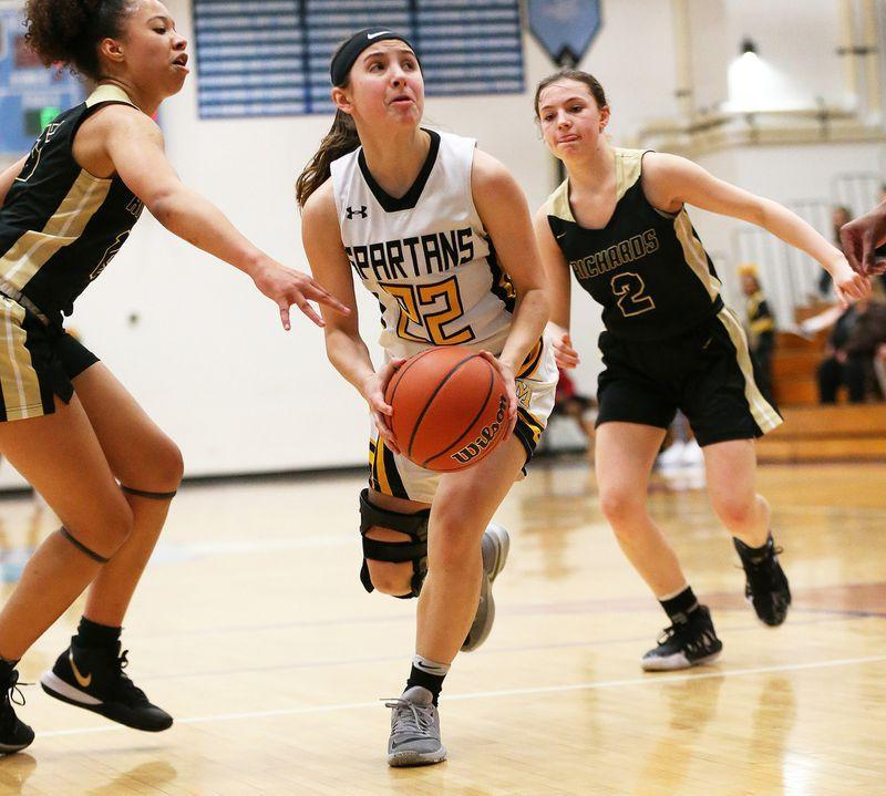 'That was so huge': Jules Cutrara's 3-pointer with 2 seconds left in first half sparks Marian Catholic past Richards Featured Photo