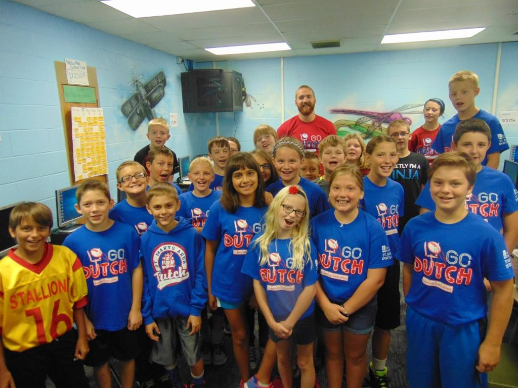 Image of 5th grade class wearing dutch pride shirts.
