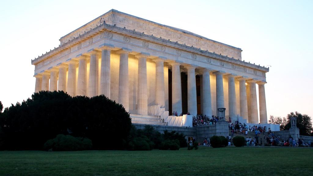Lincoln memorial at dusk.