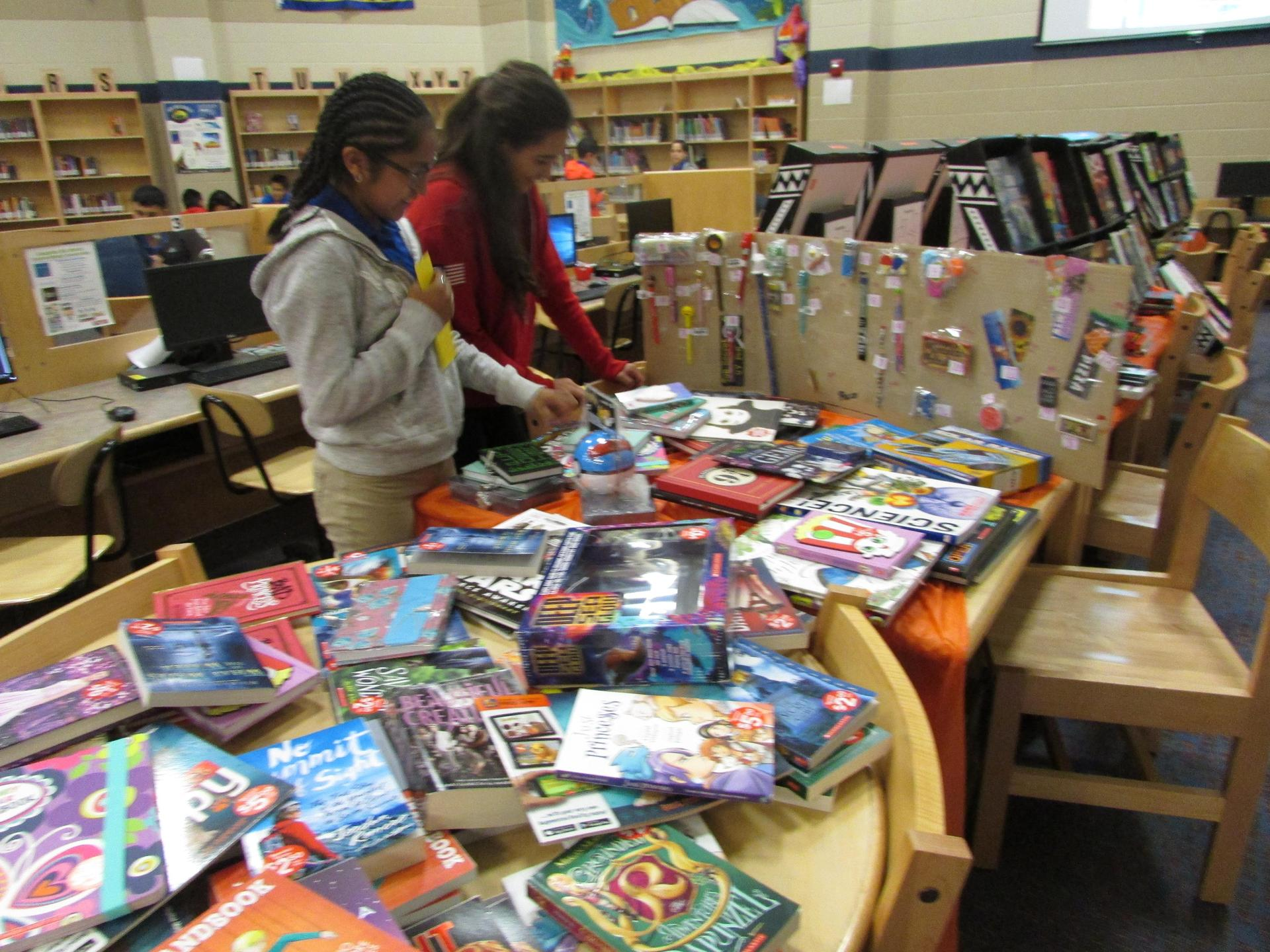 Students at the bookfair in the library.