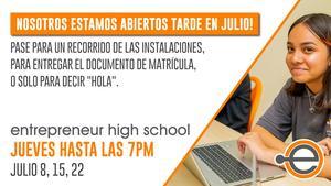 abiertos tarde en julio con un estudiante sonriendo mientras usa su computadora portátil