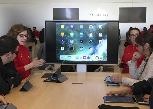 Schermerhorn students learn coding at Apple Store