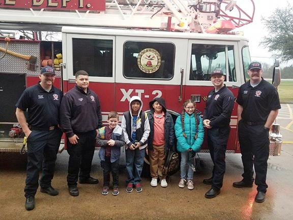 Dunaway Elementary students pose with firefighters and firetruck