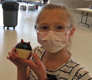 This student created a cat on her cupcake.