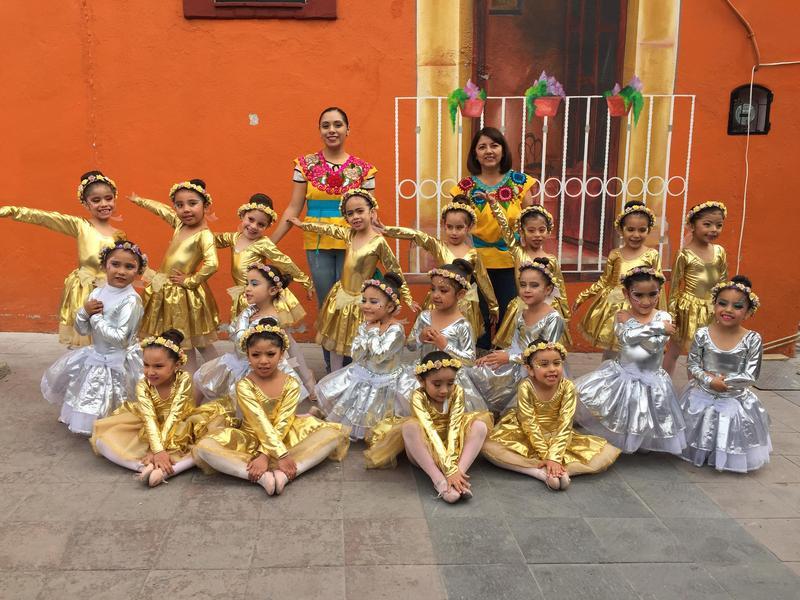 Participación de alumnas de Preescolar en el Aniversario del Natalicio de Benito Juárez en Tula de Allende. Featured Photo