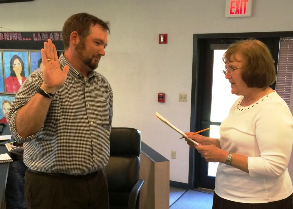 Scott Elder being sworn in to the MWISD Board