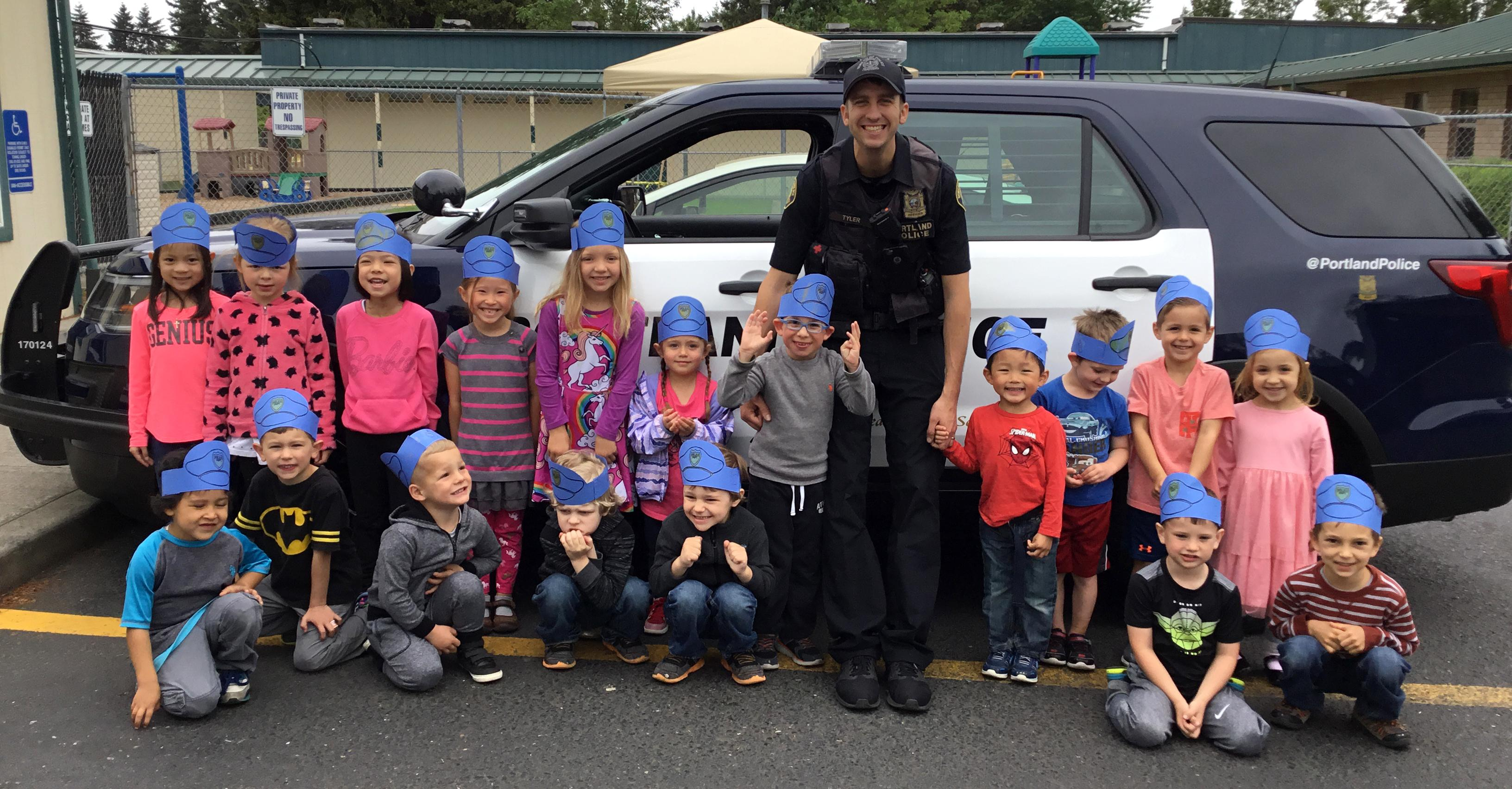 Preschoolers with police officer