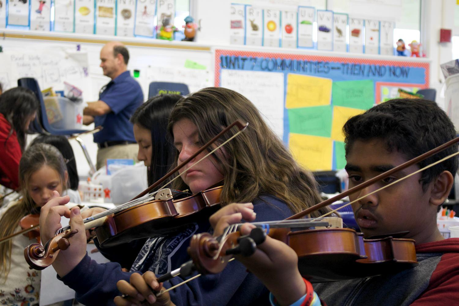 magnolia students playing the violin