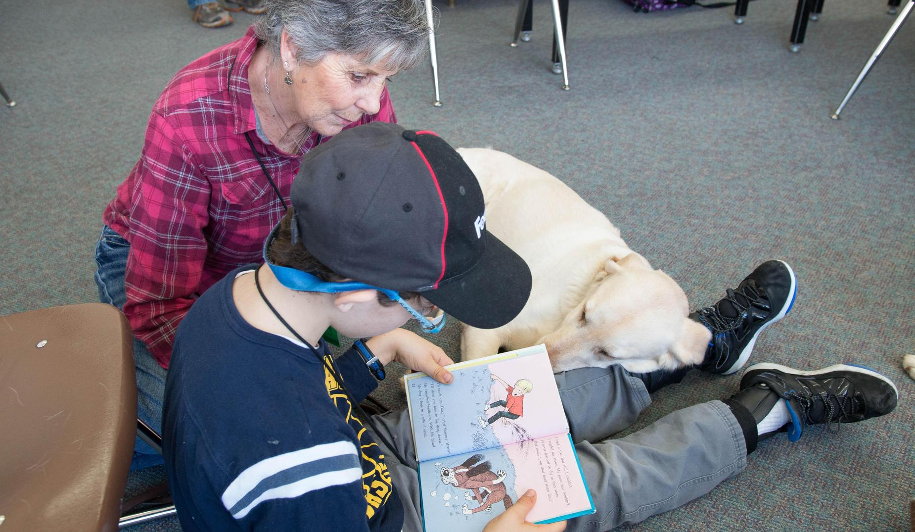 Student Reading with Therapy Dog