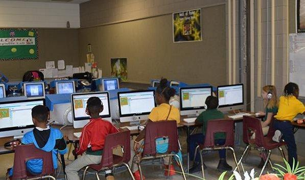 Students using the MAC lab