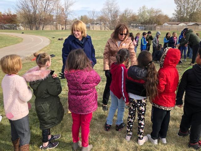 Superintendent Kellerer and Mayor Kling talk with kids.