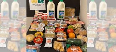Comida incluyendo leche, frutas, verduras, y pan.