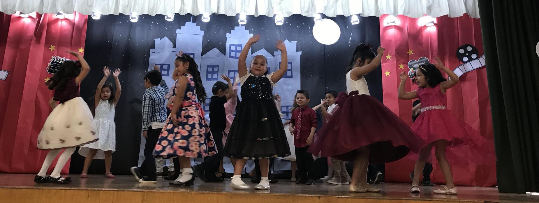 Kinders performing