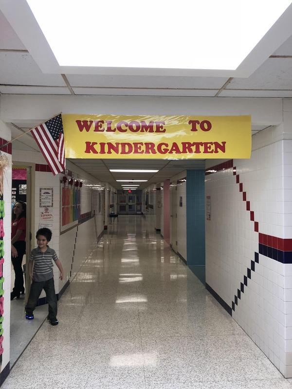 Welcome banner in Kinder hallway.