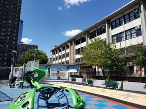 School new playground.學校新遊樂場。