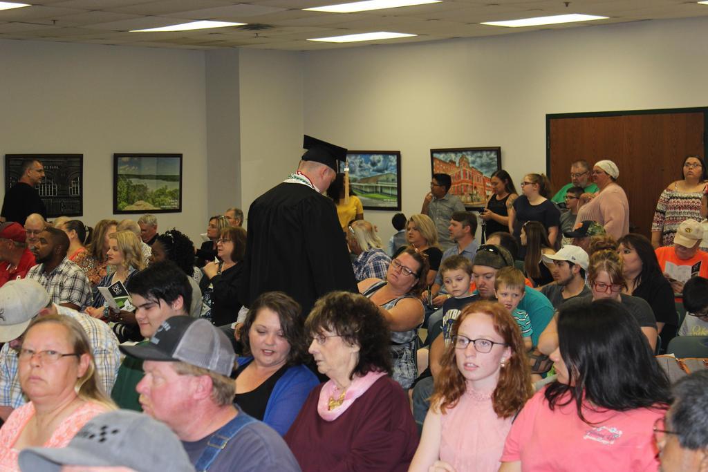 Parent Adjust Students Graduation Gown