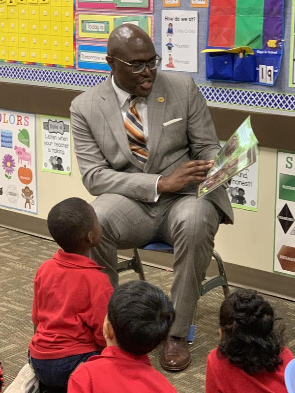 Mayor Frank Scott, Jr. reading to kindergartners at LISA Chenal