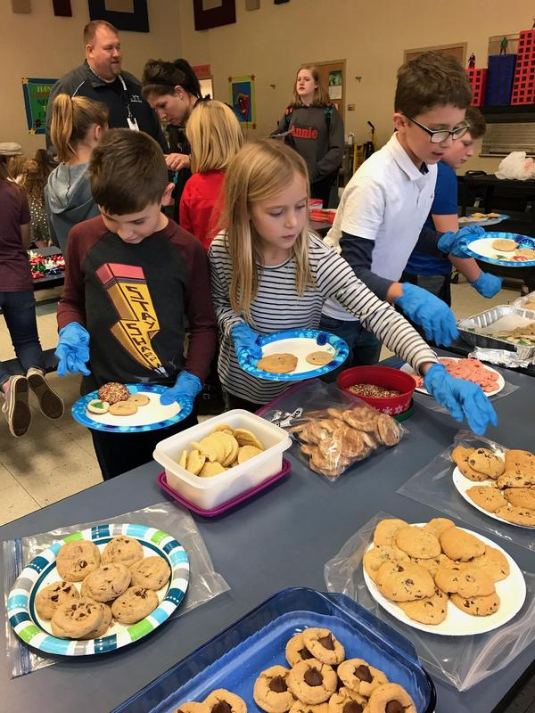Alamo students assemble plates of cookies.