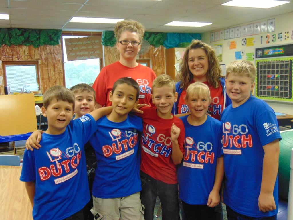 Image of students and two teachers wearing their dutch pride shirts