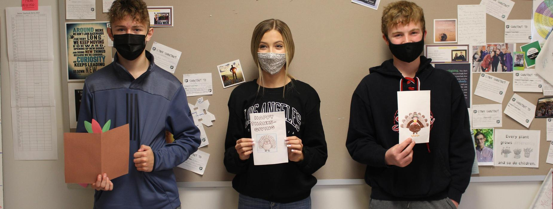 High school students holding up their Thanksgiving cards