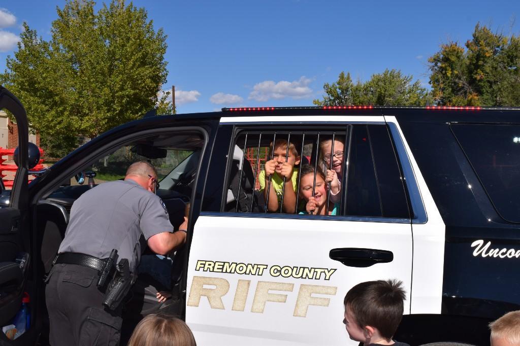 Students in Officer Fetterhoff's patrol SUV
