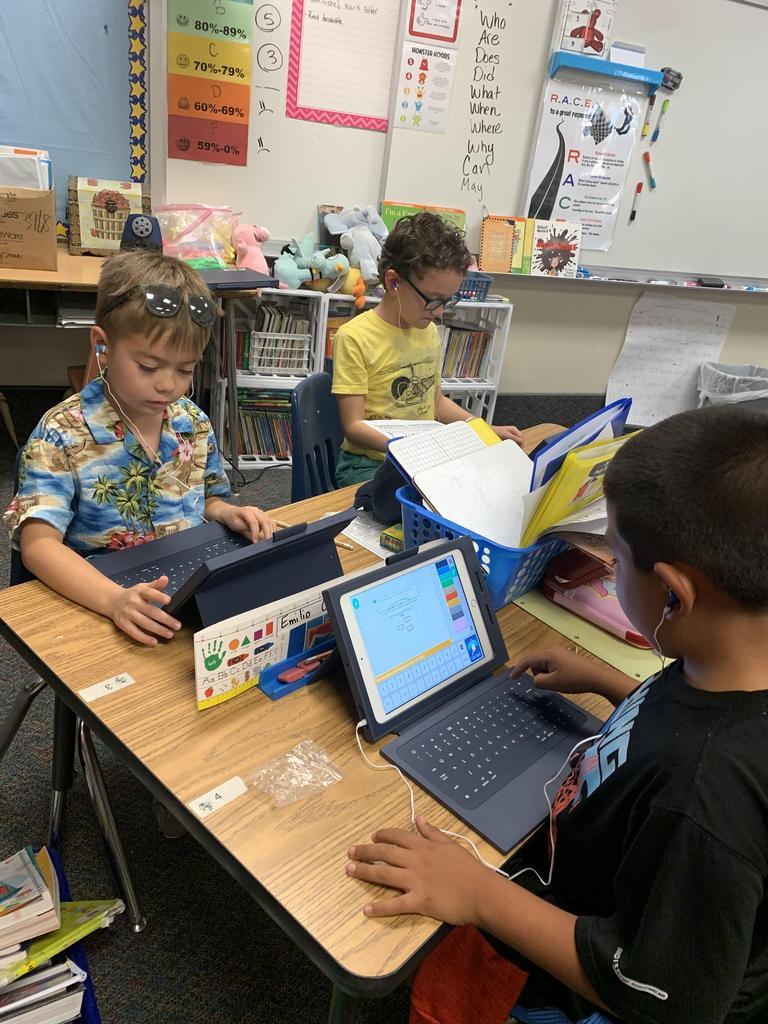 2nd graders using ipads