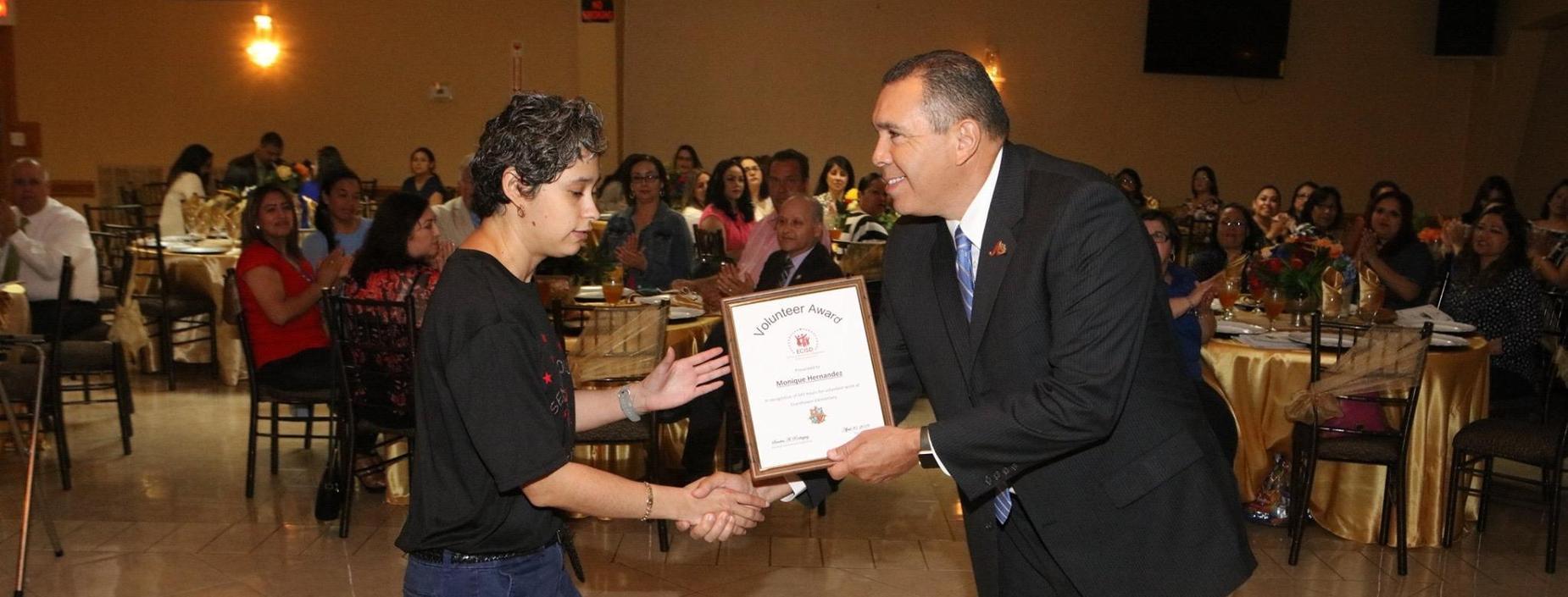Volunteer Monique receives award.