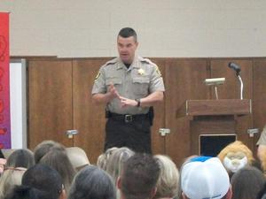 Sheriff Simmons speaks at D.A.R.E. graduation.