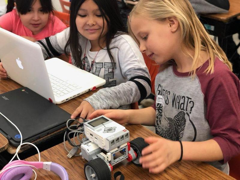 Students use computer to program robot