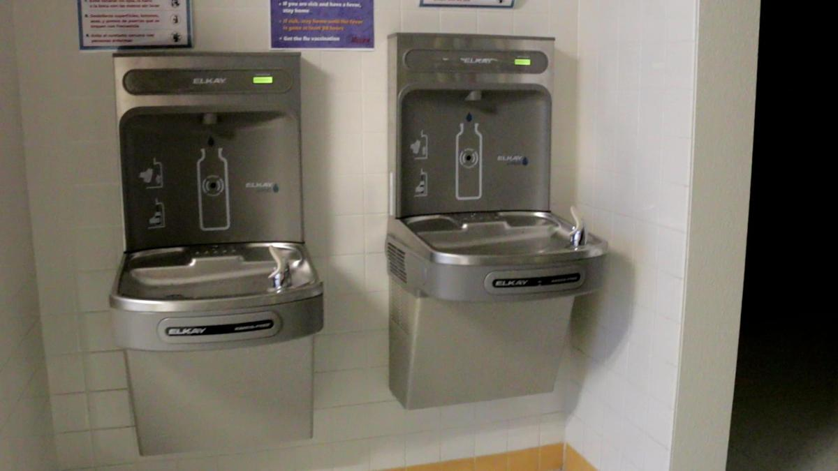 Touchless water fountain