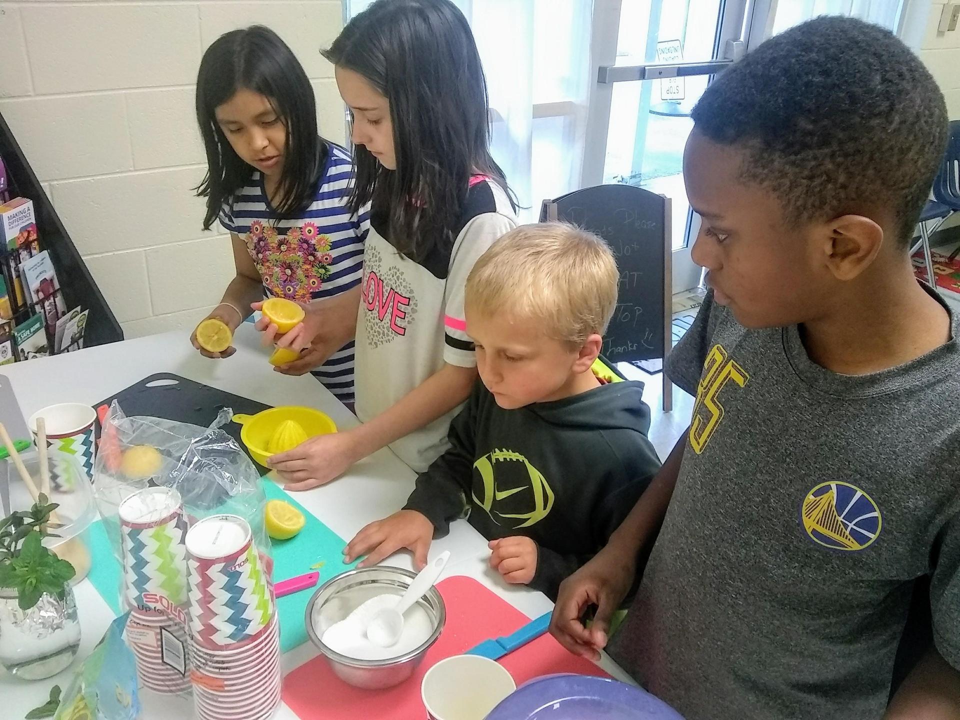 kids making lemonade