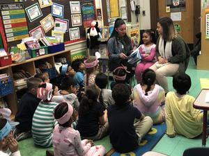 volunteers reading to class
