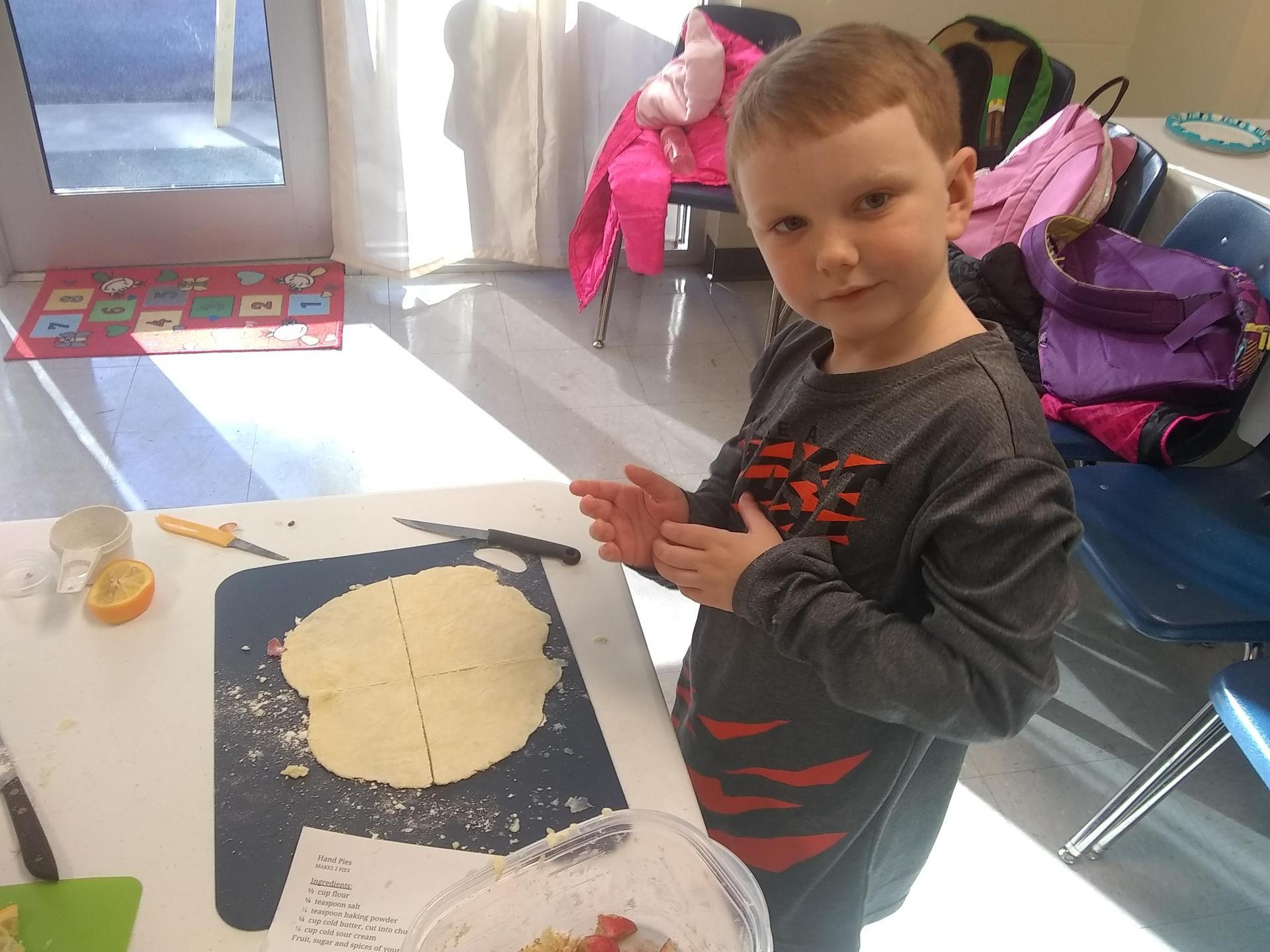 kids making apple pies