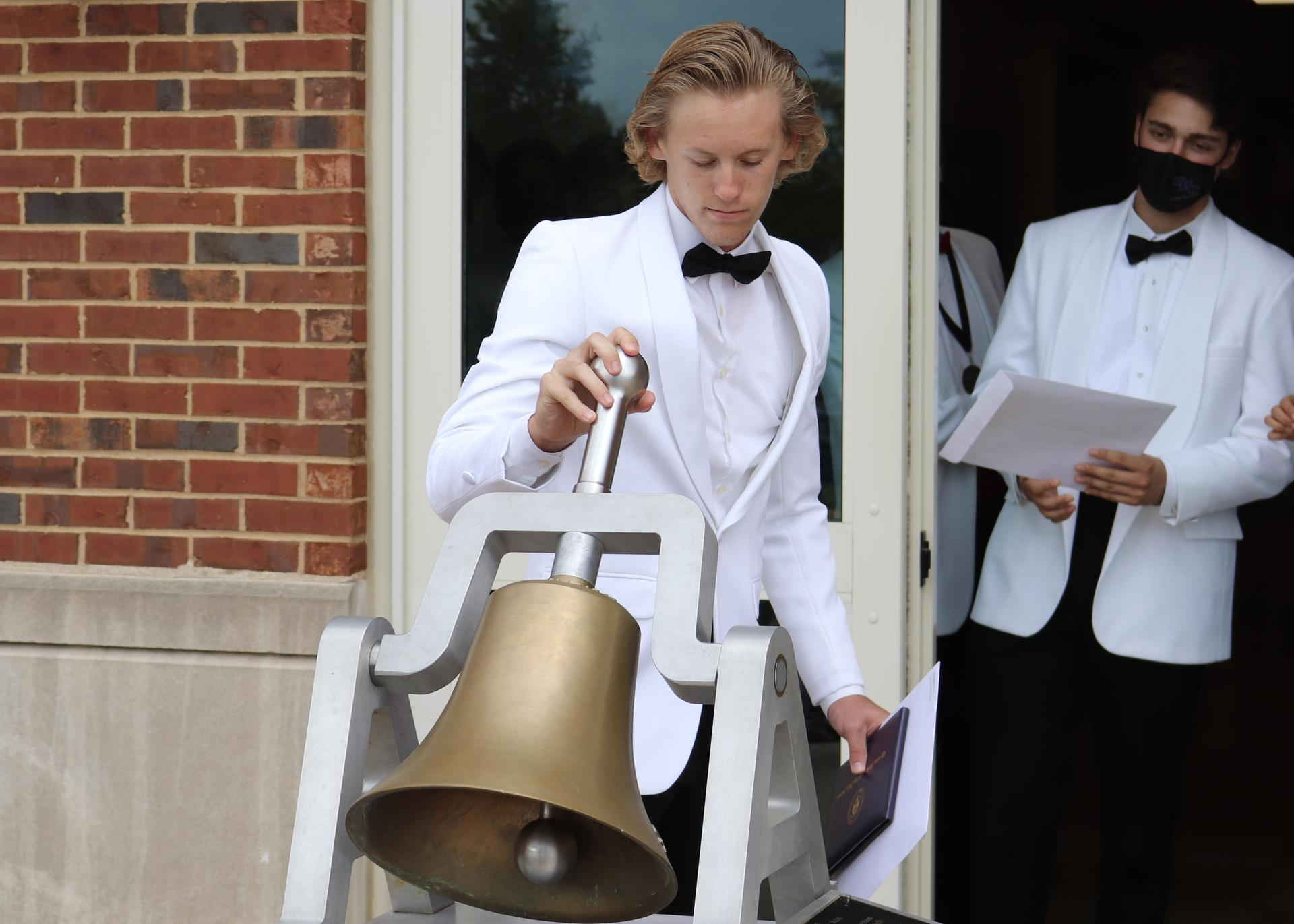 2020 Graduate ringing the bell