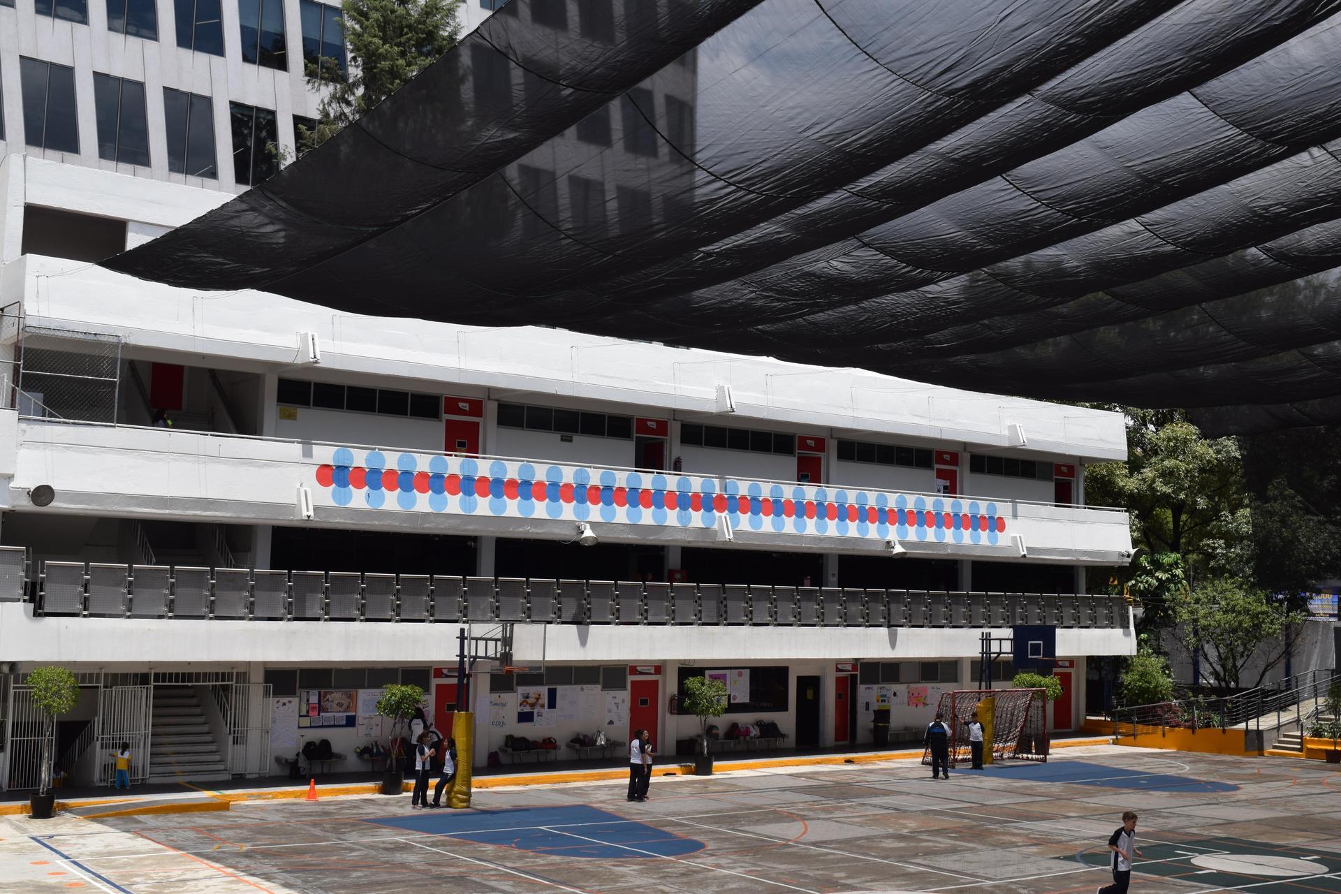 Colegio Sara Alarcón Patio Gris