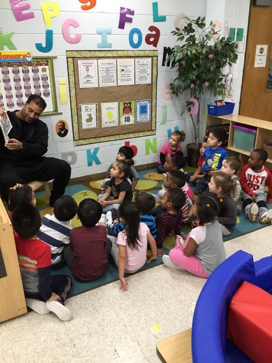 Zoe's dad reads to the Owls and Little Mustangs