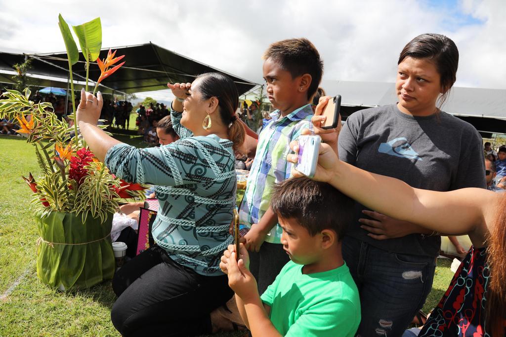 Queenʻs family watching
