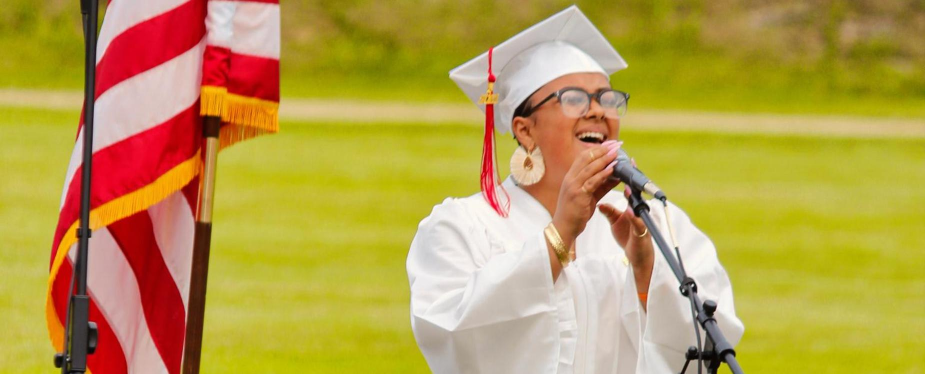 Wandaliz Quiñones Otero sings the national anthem at graduation 2021