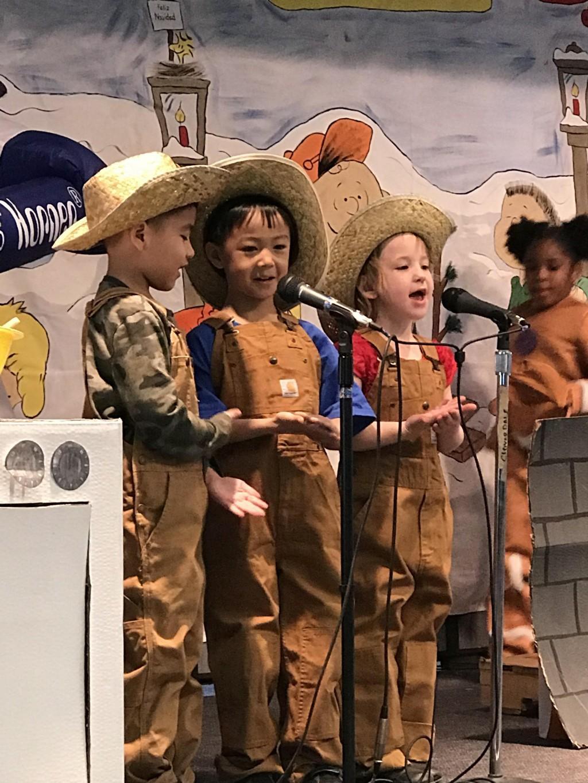 Kinder sings