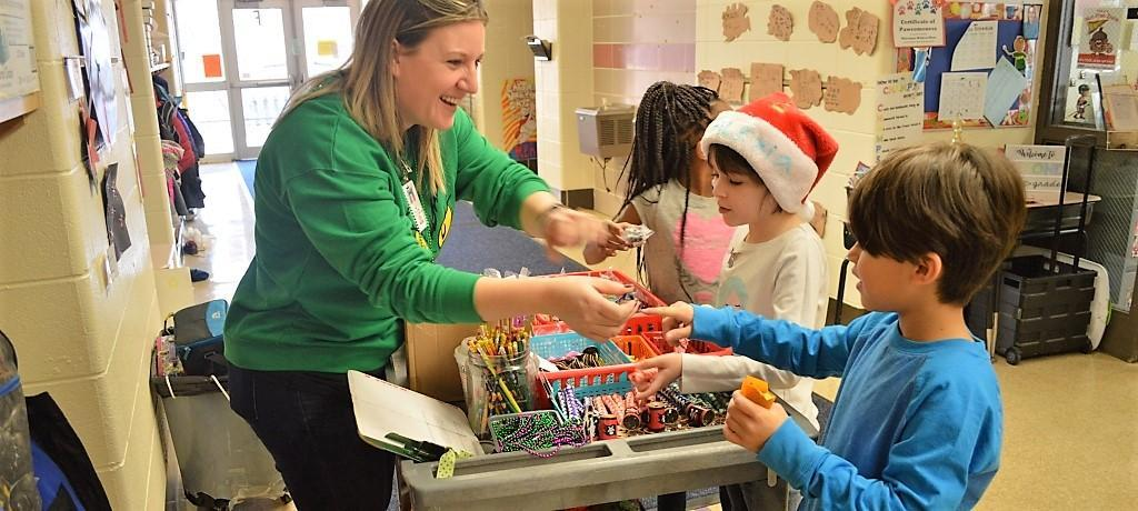Students shop at Willow Wow cart.