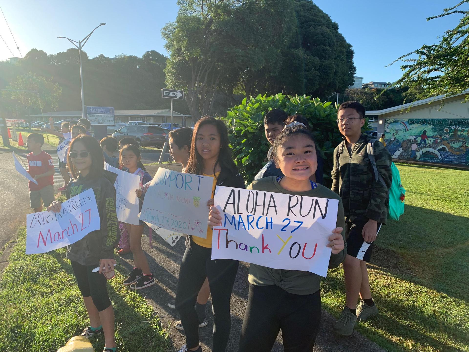 MES Aloha Run sign waving