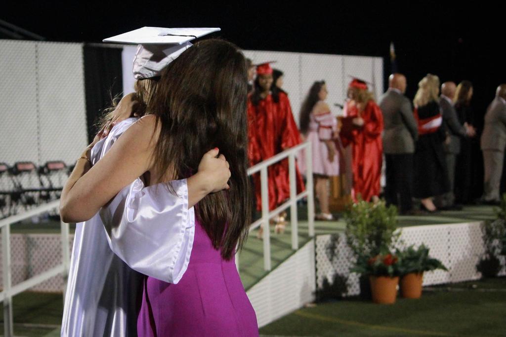 2018 vwhs salutatorian hugging her mother
